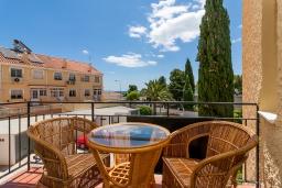 Обеденная зона. Испания, Торремолинос : Шикарные апартаменты с цветущим садом и открытым бассейном в Торремолиносе, в 1 км от пляжа Бахондильо и в 1,9 км от пляжа Плайямар, 2 спальни, 1 ванная, парковка, бесплатный Wi-Fi.