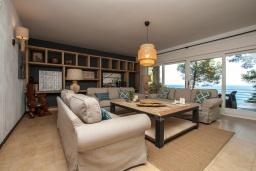 Гостиная / Столовая. Испания, Бланес : Большая роскошная с прямым выходом к песчаному пляжу, имеет 8 спален, 4 ванные комнаты, частный бассейн, оборудована всей необходимой техникой