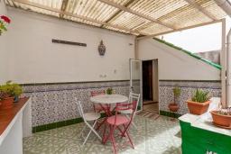 Обеденная зона. Испания, Гранада : Превосходный дом для отпуска с кондиционером, балконом и видом на сад в районе Альбайсин города Гранада, рядом с Алжибе и церковью Сан-Кристобаль, 3 спальни, ванная комната, терраса, Wi-Fi.