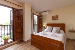 Спальня 2. Испания, Гранада : Превосходный дом для отпуска с кондиционером, балконом и видом на сад в районе Альбайсин города Гранада, рядом с Алжибе и церковью Сан-Кристобаль, 3 спальни, ванная комната, терраса, Wi-Fi.