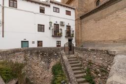 Вход. Испания, Гранада : Превосходный дом для отпуска с кондиционером, балконом и видом на сад в районе Альбайсин города Гранада, рядом с Алжибе и церковью Сан-Кристобаль, 3 спальни, ванная комната, терраса, Wi-Fi.