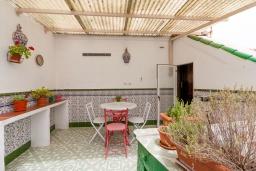 Терраса. Испания, Гранада : Превосходный дом для отпуска с кондиционером, балконом и видом на сад в районе Альбайсин города Гранада, рядом с Алжибе и церковью Сан-Кристобаль, 3 спальни, ванная комната, терраса, Wi-Fi.
