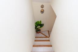 Лестница наверх. Испания, Гранада : Превосходный дом для отпуска с кондиционером, балконом и видом на сад в районе Альбайсин города Гранада, рядом с Алжибе и церковью Сан-Кристобаль, 3 спальни, ванная комната, терраса, Wi-Fi.