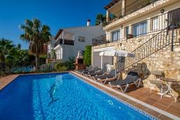 Бассейн. Испания, Бланес : Красивая вилла расположенная в 2 минутах от прекрасного пляжа, имеет 5 спален, 4 ванные комнаты, частный бассейн с видом на море, оборудована кондиционерами и Wi-Fi