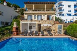 Вид на виллу/дом снаружи. Испания, Бланес : Красивая вилла расположенная в 2 минутах от прекрасного пляжа, имеет 5 спален, 4 ванные комнаты, частный бассейн с видом на море, оборудована кондиционерами и Wi-Fi