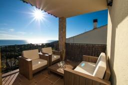 Терраса. Испания, Бланес : Красивая вилла расположенная в 2 минутах от прекрасного пляжа, имеет 5 спален, 4 ванные комнаты, частный бассейн с видом на море, оборудована кондиционерами и Wi-Fi