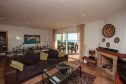 Гостиная / Столовая. Испания, Бланес : Красивая вилла расположенная в 2 минутах от прекрасного пляжа, имеет 5 спален, 4 ванные комнаты, частный бассейн с видом на море, оборудована кондиционерами и Wi-Fi