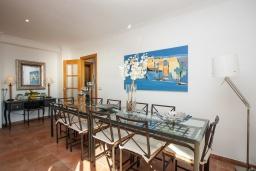 Обеденная зона. Испания, Бланес : Красивая вилла расположенная в 2 минутах от прекрасного пляжа, имеет 5 спален, 4 ванные комнаты, частный бассейн с видом на море, оборудована кондиционерами и Wi-Fi