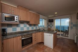 Кухня. Испания, Бланес : Красивая вилла расположенная в 2 минутах от прекрасного пляжа, имеет 5 спален, 4 ванные комнаты, частный бассейн с видом на море, оборудована кондиционерами и Wi-Fi