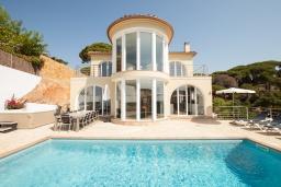 Вид на виллу/дом снаружи. Испания, Ллорет-де-Мар : Просторная вилла с прекрасным видом на море красиво оформлена в современном и функциональном стиле с 6 спальнями, 4 ванными комнатами, частным бассейном