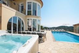 Бассейн. Испания, Ллорет-де-Мар : Просторная вилла с прекрасным видом на море красиво оформлена в современном и функциональном стиле с 6 спальнями, 4 ванными комнатами, частным бассейном