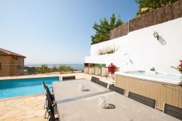 Обеденная зона. Испания, Ллорет-де-Мар : Просторная вилла с прекрасным видом на море красиво оформлена в современном и функциональном стиле с 6 спальнями, 4 ванными комнатами, частным бассейном