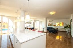 Кухня. Испания, Ллорет-де-Мар : Просторная вилла с прекрасным видом на море красиво оформлена в современном и функциональном стиле с 6 спальнями, 4 ванными комнатами, частным бассейном
