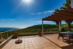 Терраса. Испания, Бланес : Красивая вилла с 3 спальнями из которых открывается потрясающий вид на Средиземное море и сосновый лес, с 3 ванными комнатами и частным бассейном, оборудована кондиционерами, спутниковым телевидением и лифтом.