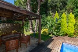 Беседка. Испания, Бланес : Красивая вилла с 3 спальнями из которых открывается потрясающий вид на Средиземное море и сосновый лес, с 3 ванными комнатами и частным бассейном, оборудована кондиционерами, спутниковым телевидением и лифтом.