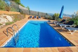 Бассейн. Испания, Бланес : Очаровательная просторная вилла в Коста Брава, включает в себя 4 спальни, 3 ванные комнаты и частный бассейн, оборудована кондиционерами, центральным отоплением и лифтом