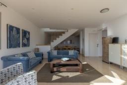 Гостиная / Столовая. Испания, Бланес : Очаровательная просторная вилла в Коста Брава, включает в себя 4 спальни, 3 ванные комнаты и частный бассейн, оборудована кондиционерами, центральным отоплением и лифтом