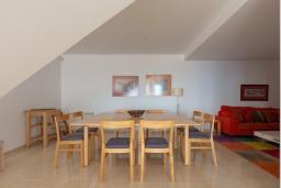 Обеденная зона. Испания, Бланес : Очаровательная просторная вилла в Коста Брава, включает в себя 4 спальни, 3 ванные комнаты и частный бассейн, оборудована кондиционерами, центральным отоплением и лифтом