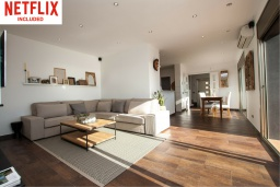 Гостиная / Столовая. Испания, Санта Сусана : Комфортабельная новая со вкусом обставленная вилла с 3 спальнями, 1 ванной комнатой и  частным бассейном