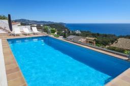 Бассейн. Испания, Бланес : Отличная вилла с фантастическим видом на Средиземное море и ботанические сады, 4 спальни, 3 ванные комнаты и частный бассейн, оборудована кондиционерами и Wi-Fi
