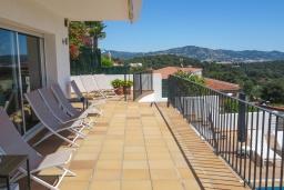Терраса. Испания, Бланес : Отличная вилла с фантастическим видом на Средиземное море и ботанические сады, 4 спальни, 3 ванные комнаты и частный бассейн, оборудована кондиционерами и Wi-Fi