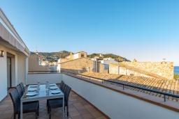 Терраса. Испания, Тосса-де-Мар : Прекрасные апартаменты расположенные в центре города недалеко от пляжа, 2 спальни, 1 ванная комната, оборудованы кондиционерами и Wi-Fi, есть лифт