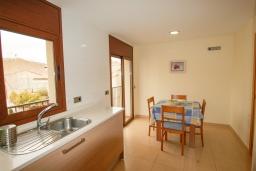 Кухня. Испания, Тосса-де-Мар : Прекрасные апартаменты расположенные в центре города недалеко от пляжа, 2 спальни, 1 ванная комната, оборудованы кондиционерами и Wi-Fi, есть лифт