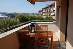 Балкон. Испания, Ллорет-де-Мар : Красиво оформленные апартаменты расположены в пригороде Льорет-де-Мар, с 2 спальнями, 2 ванные комнаты, оборудованы кондиционерами и бесплатным Wi-Fi, первый этаж, есть коммунальный бассейн и гараж