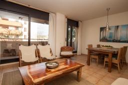Гостиная / Столовая. Испания, Ллорет-де-Мар : Красиво оформленные апартаменты расположены в пригороде Льорет-де-Мар, с 2 спальнями, 2 ванные комнаты, оборудованы кондиционерами и бесплатным Wi-Fi, первый этаж, есть коммунальный бассейн и гараж