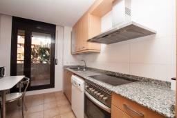 Кухня. Испания, Ллорет-де-Мар : Красиво оформленные апартаменты расположены в пригороде Льорет-де-Мар, с 2 спальнями, 2 ванные комнаты, оборудованы кондиционерами и бесплатным Wi-Fi, первый этаж, есть коммунальный бассейн и гараж