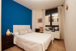 Спальня. Испания, Ллорет-де-Мар : Красиво оформленные апартаменты расположены в пригороде Льорет-де-Мар, с 2 спальнями, 2 ванные комнаты, оборудованы кондиционерами и бесплатным Wi-Fi, первый этаж, есть коммунальный бассейн и гараж