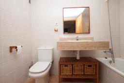 Ванная комната. Испания, Ллорет-де-Мар : Красиво оформленные апартаменты расположены в пригороде Льорет-де-Мар, с 2 спальнями, 2 ванные комнаты, оборудованы кондиционерами и бесплатным Wi-Fi, первый этаж, есть коммунальный бассейн и гараж