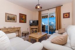 Гостиная / Столовая. Испания, Фуэнхирола : Сказочные апартаменты с бассейном, зеленым садом, теннисным кортом и парковкой в районе Мирамар Фуэнхирола, в нескольких минутах от пляжа Сохаил Фуэнхирола, 1 спальня, 1 ванная комната, Wi-Fi.