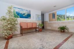 Вход. Испания, Фуэнхирола : Сказочные апартаменты с бассейном, зеленым садом, теннисным кортом и парковкой в районе Мирамар Фуэнхирола, в нескольких минутах от пляжа Сохаил Фуэнхирола, 1 спальня, 1 ванная комната, Wi-Fi.
