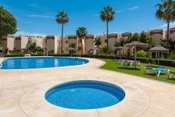 Зона отдыха у бассейна. Испания, Фуэнхирола : Прекрасные апартаменты с двумя спальнями и бассейном в урбанизации Каронте-де-Калахонда, в одном из лучших районов Коста-дель-Соль, в 800 м от пляжа Плайя-де-Калахонда и в 1,9 км от пляжа Плайя-де-Калаонда, 2 ванные комнаты, Wi-Fi.