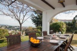 Обеденная зона. Испания, Калелья : Традиционный испанский дом,  расположенный в тихом жилом районе, подходит для большой семьи или группы друзей семьями, 7 спален, 3 ванные комнаты, частный бассейн и большой красивый сад.