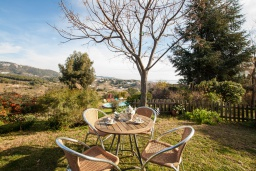 Зелёный сад. Испания, Калелья : Традиционный испанский дом,  расположенный в тихом жилом районе, подходит для большой семьи или группы друзей семьями, 7 спален, 3 ванные комнаты, частный бассейн и большой красивый сад.