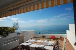 Терраса. Испания, Бланес : Очаровательный таунхаус в традиционном стиле Ибицы, расположенный в непосредственной близости от пляжа в тихом жилом районе, с 4 спальнями, 2 ванными комнатами и пляжем через дорогу.