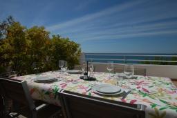 Обеденная зона. Испания, Бланес : Очаровательный таунхаус в традиционном стиле Ибицы, расположенный в непосредственной близости от пляжа в тихом жилом районе, с 4 спальнями, 2 ванными комнатами и пляжем через дорогу.