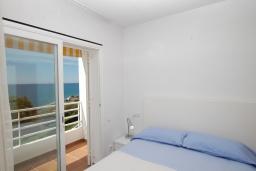 Спальня. Испания, Бланес : Очаровательный таунхаус в традиционном стиле Ибицы, расположенный в непосредственной близости от пляжа в тихом жилом районе, с 4 спальнями, 2 ванными комнатами и пляжем через дорогу.