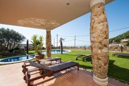 Терраса. Испания, Ллорет-де-Мар : Очаровательная вилла расположенная в 4 км от центра Льорет де Мар, имеет 4 спальни, 2 ванные комнаты, частный бассейн и парковку.