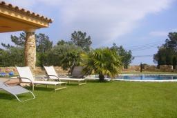 Зона отдыха у бассейна. Испания, Ллорет-де-Мар : Очаровательная вилла расположенная в 4 км от центра Льорет де Мар, имеет 4 спальни, 2 ванные комнаты, частный бассейн и парковку.