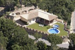 Вид на виллу/дом снаружи. Испания, Ллорет-де-Мар : Очаровательная вилла расположенная в 4 км от центра Льорет де Мар, имеет 4 спальни, 2 ванные комнаты, частный бассейн и парковку.