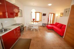 Студия (гостиная+кухня). Испания, Тосса-де-Мар : Недавно отремонтированный, обновленный таунхаус, расположенный в центре города Тосса-де-Мар, с 2 спальнями и 2 ванными комнатами