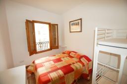 Спальня 2. Испания, Тосса-де-Мар : Недавно отремонтированный, обновленный таунхаус, расположенный в центре города Тосса-де-Мар, с 2 спальнями и 2 ванными комнатами