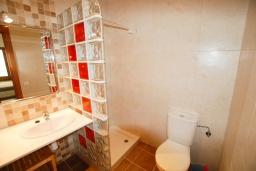 Ванная комната 2. Испания, Тосса-де-Мар : Недавно отремонтированный, обновленный таунхаус, расположенный в центре города Тосса-де-Мар, с 2 спальнями и 2 ванными комнатами