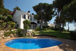 Вид на виллу/дом снаружи. Испания,  : Уютная недавно отремонтированная вилла, прекрасный песчаный пляж в шаговой доступности, 4 спальни, 3 ванные комнаты, частный бассейн и сад, оборудованная кондиционерами и Wi-Fi