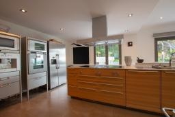 Кухня. Испания, Бланес : Роскошная вилла оборудована кондиционерами по всей вилле и со вкусом оформлена в современном стиле, 7 спален, 5 ванных комнат и частный бассейн.