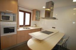 Кухня. Испания, Тосса-де-Мар : Уютные апартаменты с хорошим комфортабельным интерьером,с 3 спальнями, 2 ванными комнатами террасой с обеденной зоной