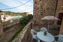 Терраса. Испания, Тосса-де-Мар : Небольшой уютный таунхаус расположен в самом сердце старого города Тосса де Мар, с 1 спальней и 1 ванной комнатой.